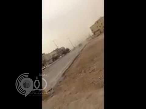 بالفيديو.. تهور مفحط ينتهي بحادث اصطدام بسيارة جيب وهروبه من الموقع