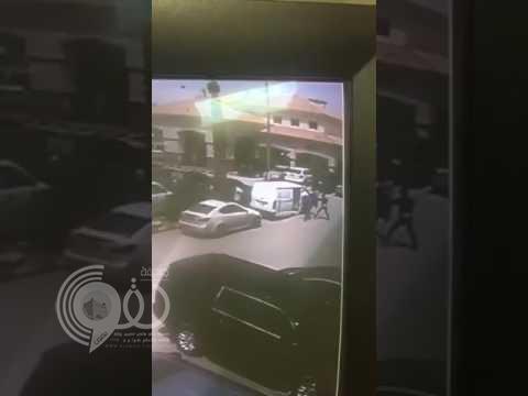 مقطع فيديو يوثق لحظة السطو على سيارة نقل الأموال بالرياض