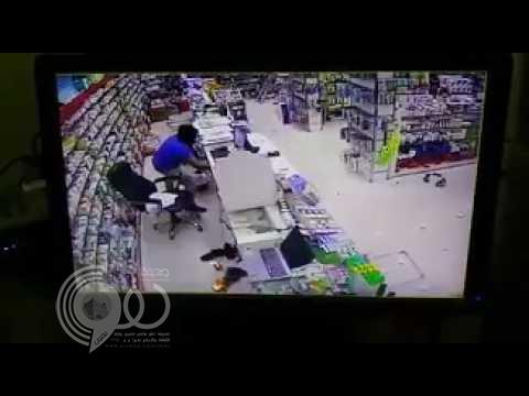 """شاهد بالفيديو .. لص يقتحم صيدلية في الرياض ممسكًا بـ """"ساطور"""""""
