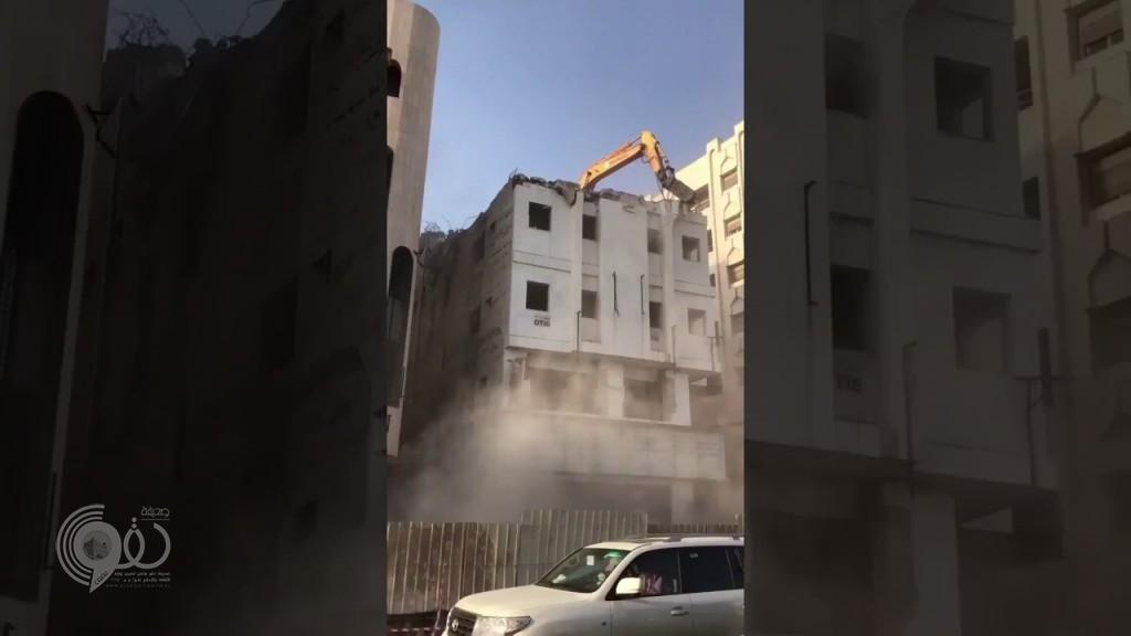 بالفيديو: إزالة مبنى قديم بطريقة كارثية والأهالي يتساءلون من المسؤول!
