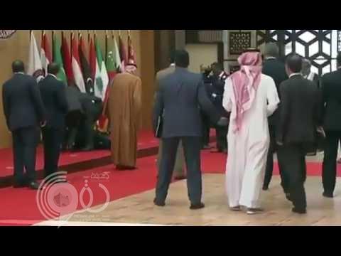 """شاهد رد فعل """"الفغم"""" بعد ارتطام جسد الرئيس اللبناني بالأرض إثر سقوطه المفاجئ !"""