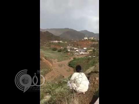 بالفيديو.. أمطار جازان تقطع الطرق عن بعض المدارس في الريث