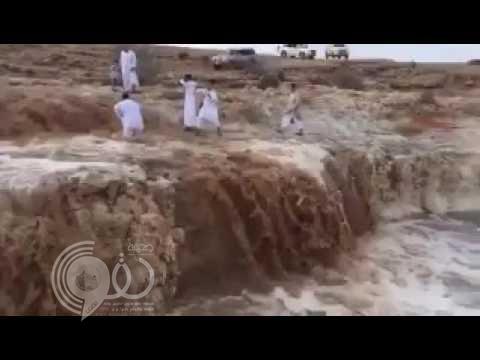 شاهد ماذا حدث لمواطن حاول التقاط صورة لزملائه وسط السيول على حافة أحد الوديان؟
