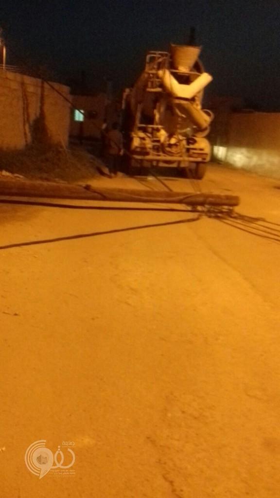 """عاجل .. """"خلاطة اسمنت"""" تُسقط أحد أعمدة الكهرباء بحي اللصبة بمركز الحقو-(صورة)"""