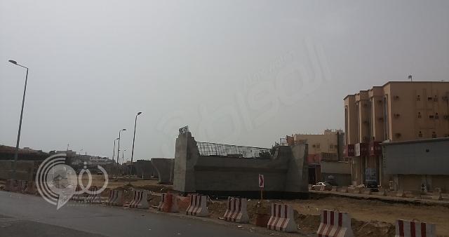 """بالصور.. أهالي جازان يشكون من تأخر إنجاز مشروع """"جسر التوحيد"""""""