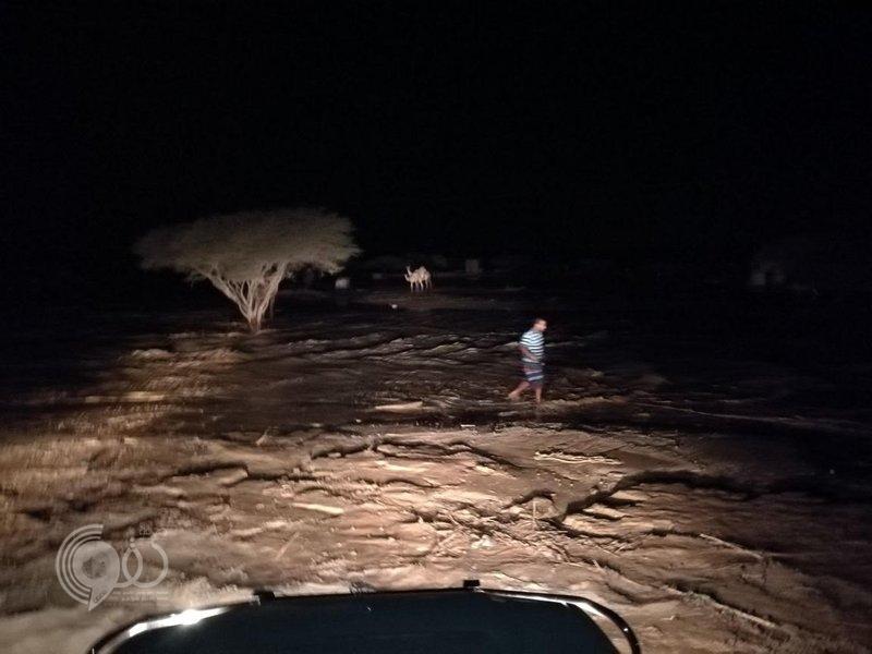 """شاهد.. مياه الصرف تداهم """"هجرة"""" في بيش بعد تسرُّب كميات ضخمة من البحيرة"""
