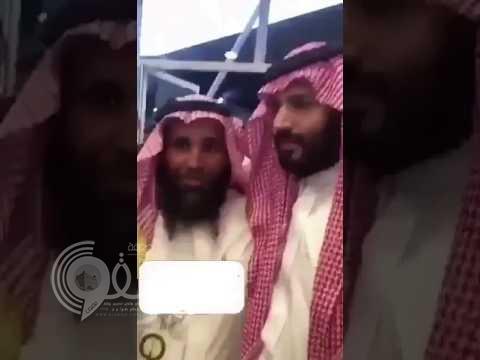 فيديو : شاهد ردة فعل ولي ولي العهد بعد قيام عسكري بمنع المواطنين من مصافحته