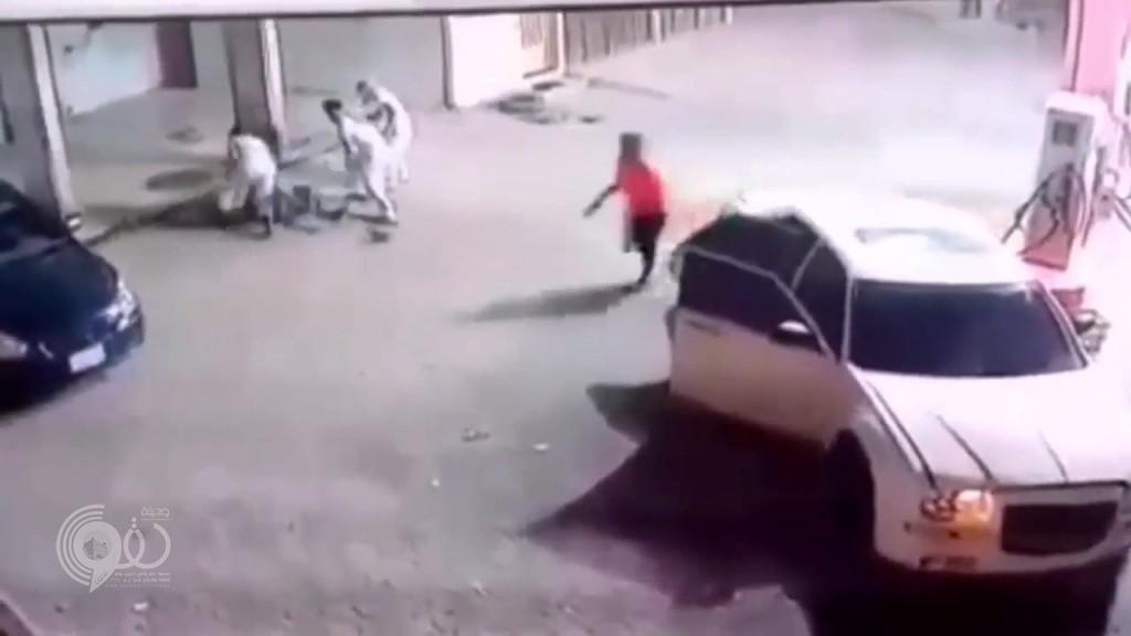 بالفيديو: سطو مسلح وعملية إجرامية على محطة وقود بحي النسيم بالرياض