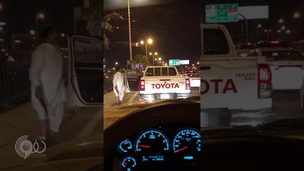 """بالفيديو: مواطن في حالة غير طبيعية يعطل السير ويرقص بـ """"خنجر"""" في الدمام"""