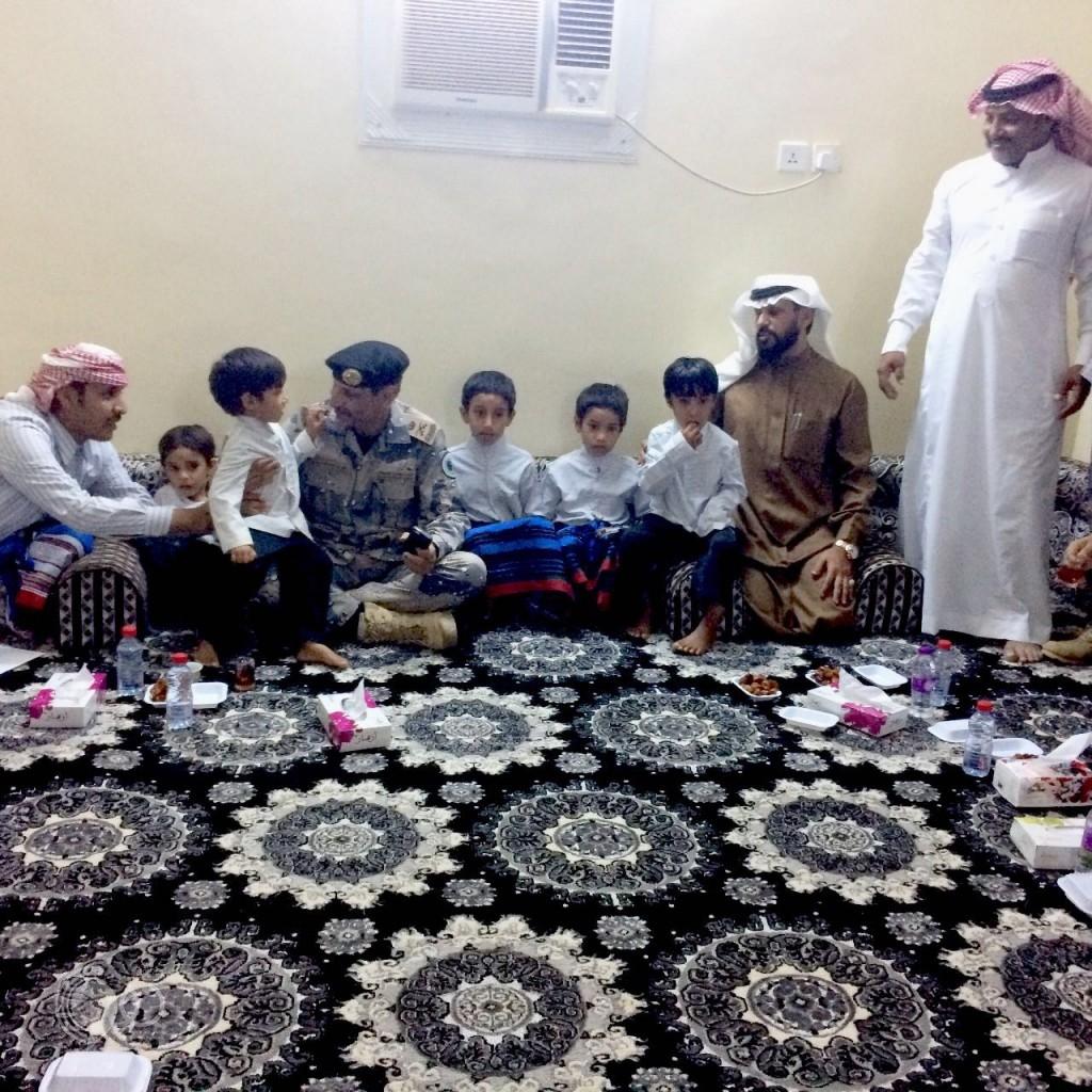 """اللواء العتيبي وقيادات أمنية تنقل واجب العزاء في الشهيد """"الريثي""""-صور"""