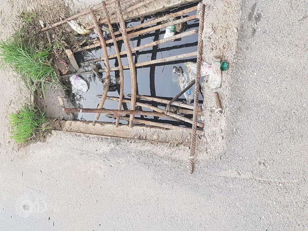 """مواطنون بـ""""قنازيز مركز الحقو"""" يُناشدون بلدية الحقو بوضع حل لـ حفرة تتربص بالمارة – صور"""