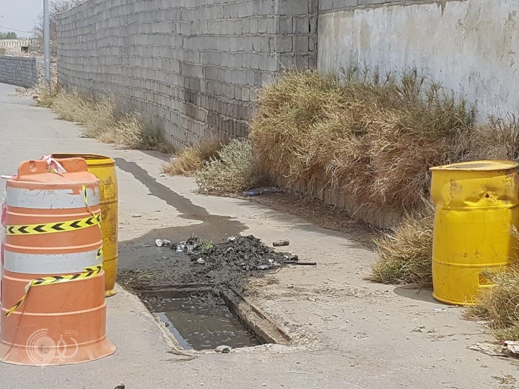 """تجاوباً مع مانُشر : """"بلدية الحقو"""" تضع علامات تنبيه لـ """"حفرة"""" بمدخل القنازيز بمركز الحقو تمهيداً لإصلاحها"""