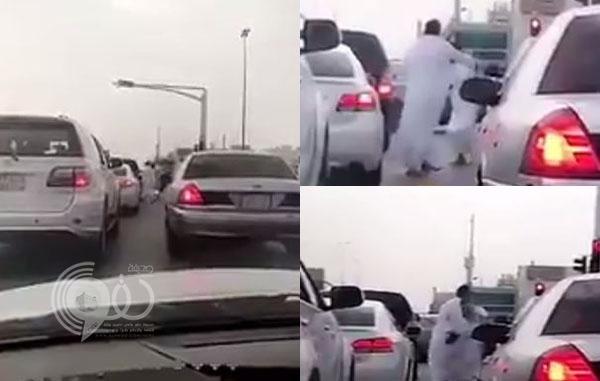 بالفيديو: مشاجرة عنيفة بالأحذية عند إشارة مرورية في أول أيام رمضان