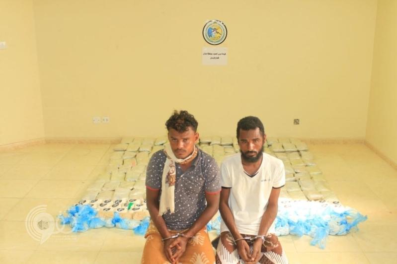 شرطة جازان تضبط مهربين يمنيين بحوزتهما 154 كيلو جرامًا من الحشيش .. صور