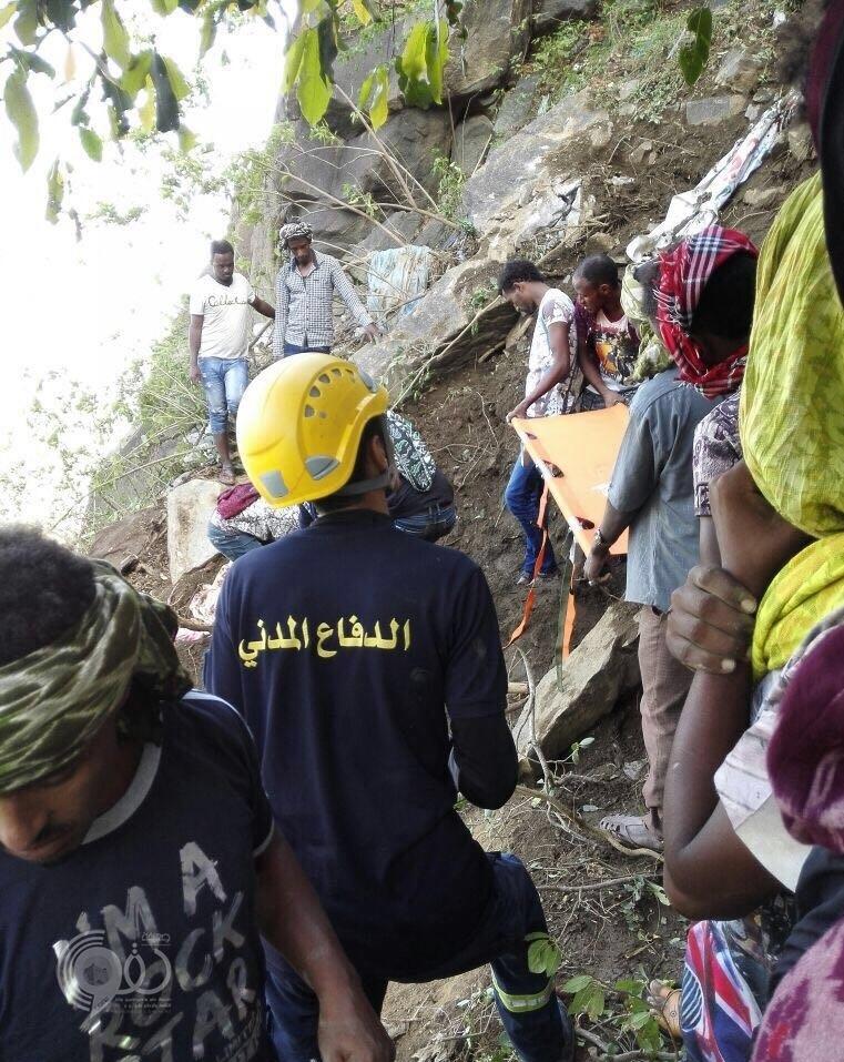 بالصور : انهيار صخري يكشف عن تجمع متسللين بفيفا في منطقة جازان