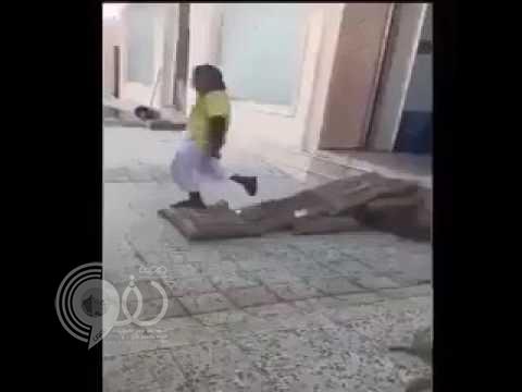 بالفيديو: عمالة يدهسون أكياس الأرز وشاهد رد فعل صاحب المطعم !