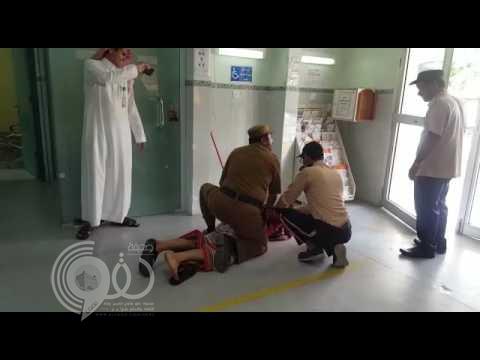 """بالفيديو : """"شرطة جازان"""" توضح حقيقة تهجم مواطن بـ """"جنبية"""" على موظفي مستشفى الداير"""