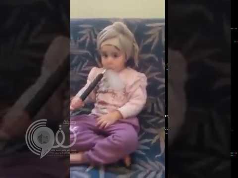 شاهد: طفلة تدخن الشيشة كالكبار والأم تصور!