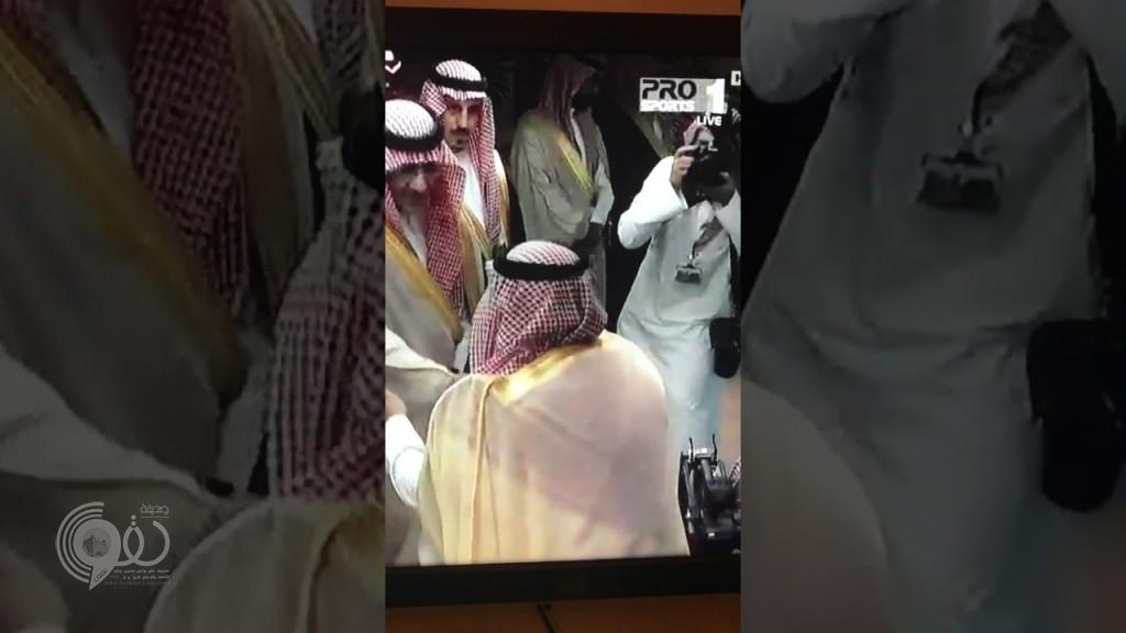 شاهد .. لحظة سقوط الأمير نواف بن سعد أثناء السلام على خادم الحرمين