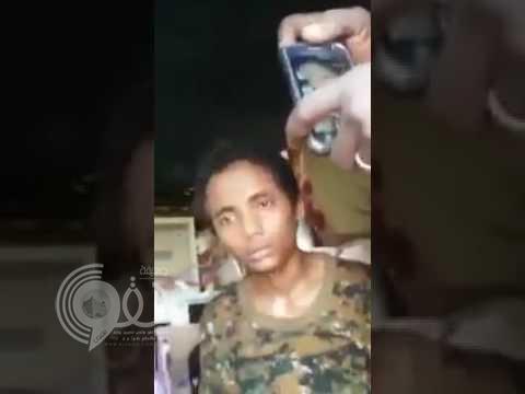 طفل حوثي في قبضه الجيش السوداني .. شاهد ماذا قال له الجندي السوداني !