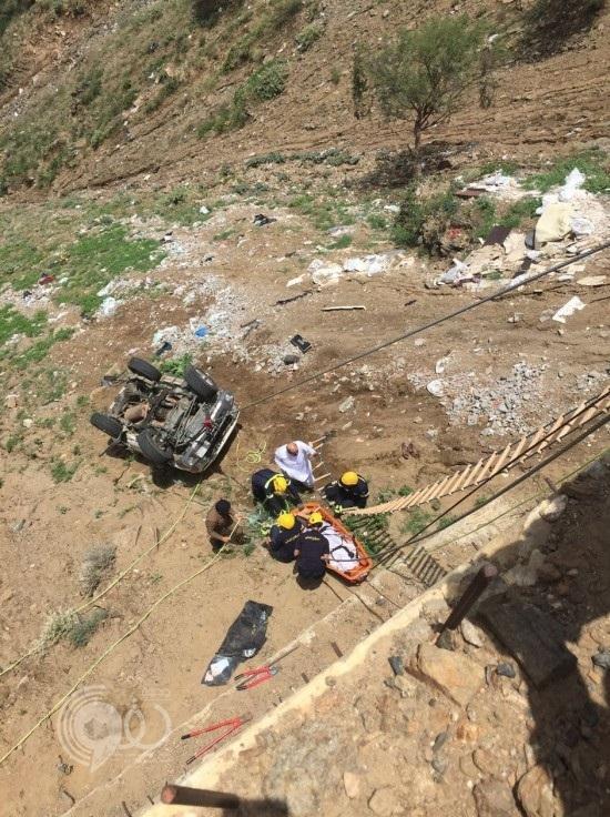 بالصور : مصرع شخصين إثر سقوط مركبتهما بمنحدر بطريق فيفاء