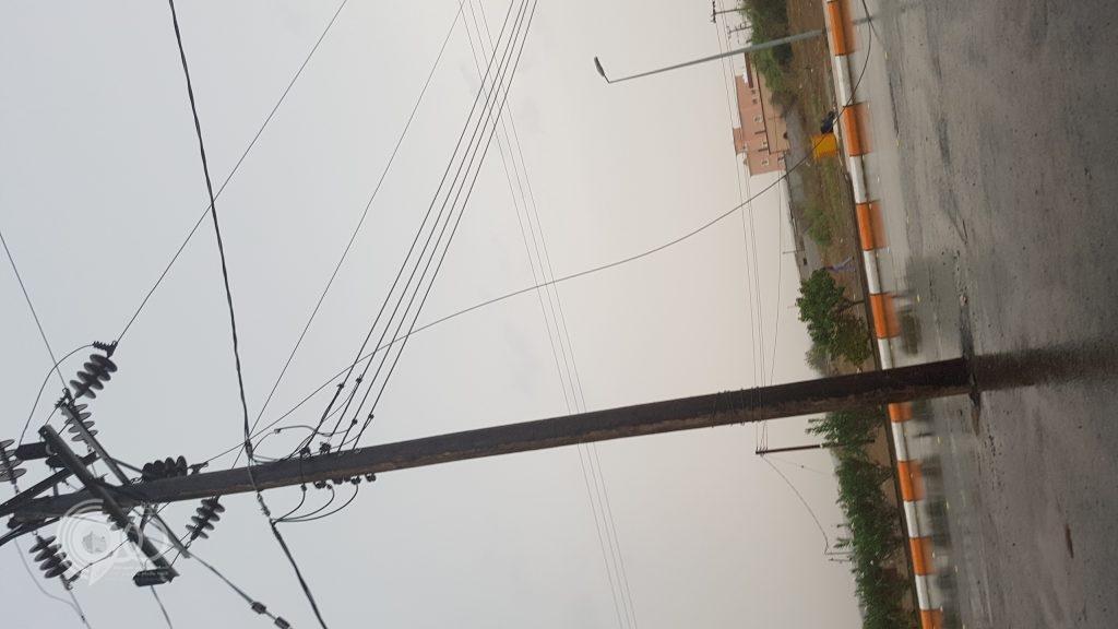 عاجل .. سقوط احد اسلاك الضغط العالي على الشارع العام يقطع التيار عن عدد من القرى بمركز الحقو -صور