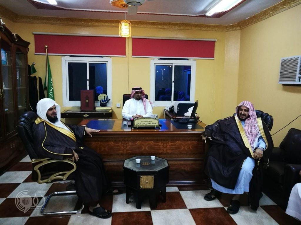 بالصور : محافظ الريث يستقبل المبايعين لولي العهد بمقر المحافظة