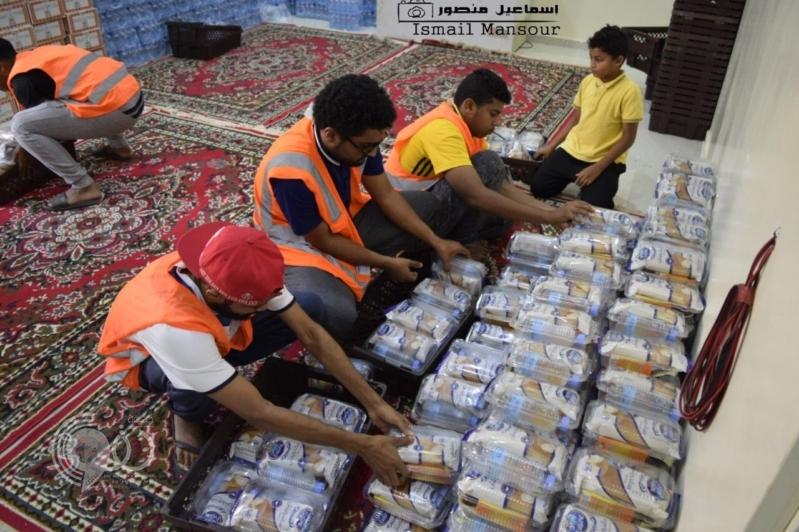 بالصور.. البر في بيش جازان تقدم أكثر من 450 وجبة يوميًّا للصائمين