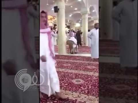 """شخص يعتدي على إمام جامع الأمير سلطان بالرياض في صلاة الجمعة .. ويصرخ """"سأفجر"""" – فيديو"""