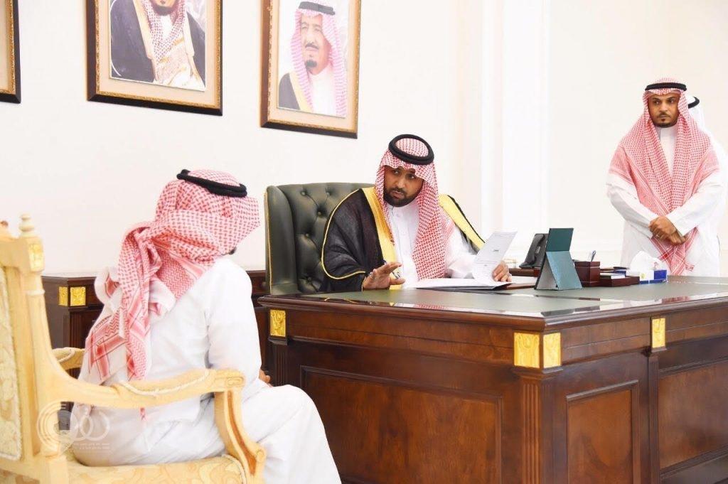 نائب أمير جازان يلتقي المواطنين والمقيمين .. ويوجه بإنهاء معاملاتهم وتلبية احتياجاتهم