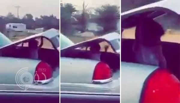 بالفيديو: سائق يسير بسرعة عالية ويضع طفلة في شنطة سيارته.. ومطالبات بالقبض عليه