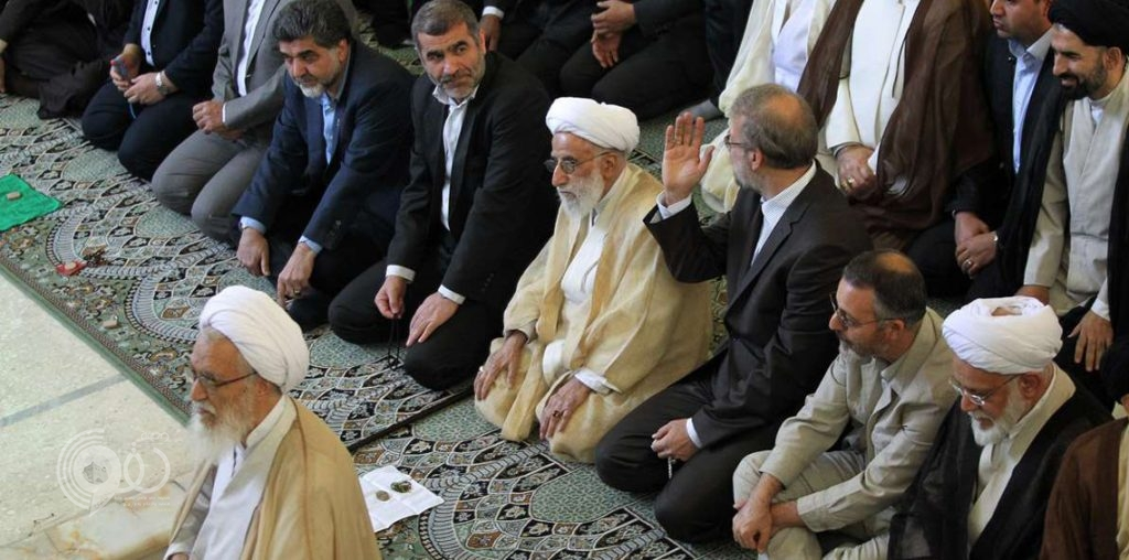 امرأة إيرانية تثير الرعب بين الرجال بعد أدائها الصلاة في الصف الأول بطهران