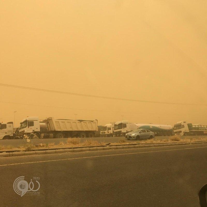 كثافة الغبار تمنع سير الشاحنات بطريق صبيا والدرب مرورًا ببيش