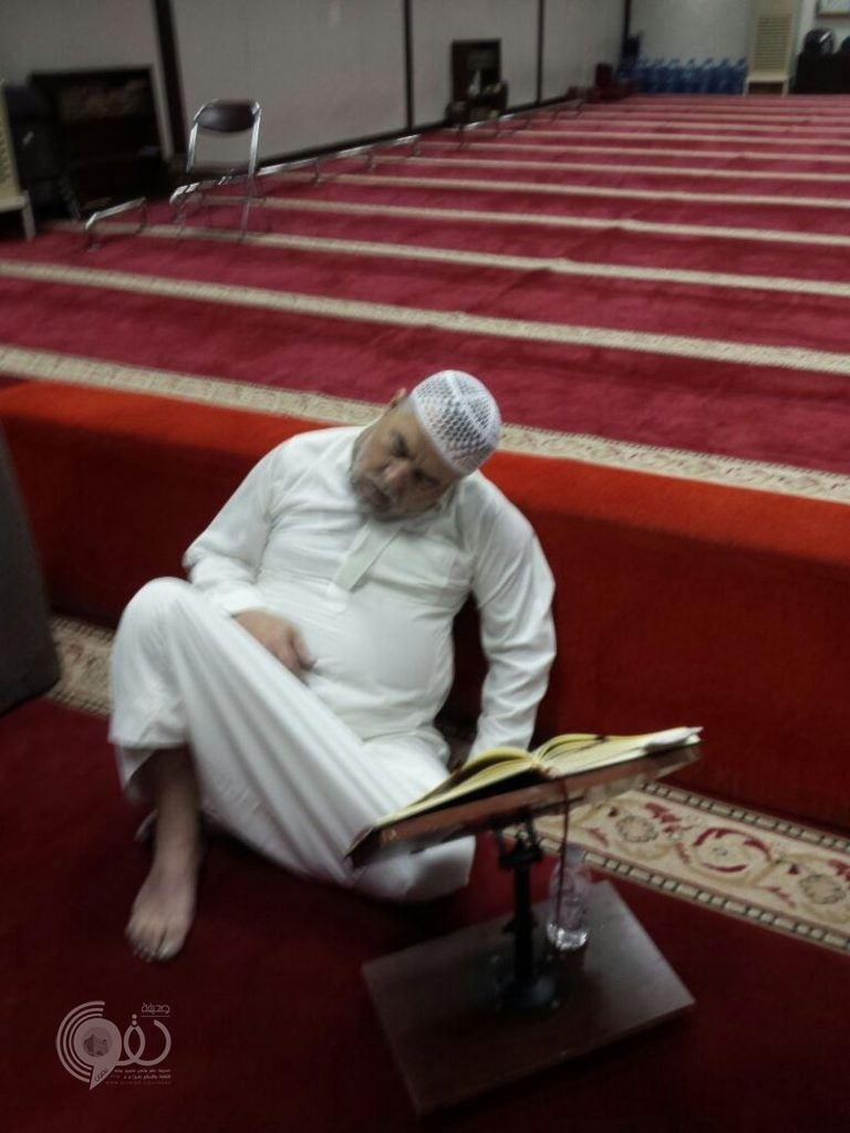 شاهد مؤذن مسجد بجدة يفارق الحياة قبل رفع أذان الفجر بدقائق .. فيديو