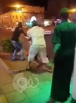 بالفيديو : مشادة كلامية تتحول لمضاربة عنيفة تعطل المرور بأحد شوارع مكة