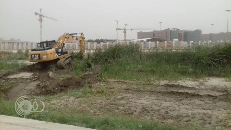 بالصور.. أمانة جازان تنظف مجاري الأودية والسيول استعدادًا لموسم الأمطار