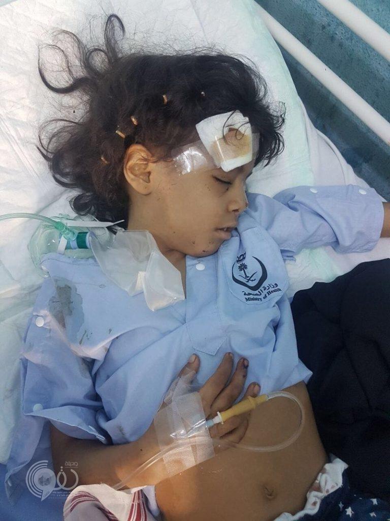 """بالصور.. إصابة """"يمنية"""" وطفلتين سعوديتين إثر سقوط مقذوف حوثي على منزل بالعارضة"""