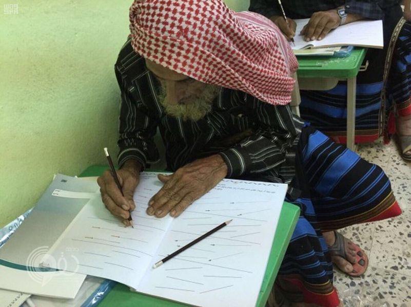 """حملة محو الأمية في """"بيش"""" تعيد كفيفًا عمره 100 عام إلى الدراسة"""