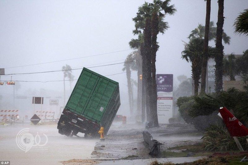 """شاهد.. الإعصار """"هارفي"""" يضرب ويدمر في أمريكا بسرعة 209 كيلومترات"""