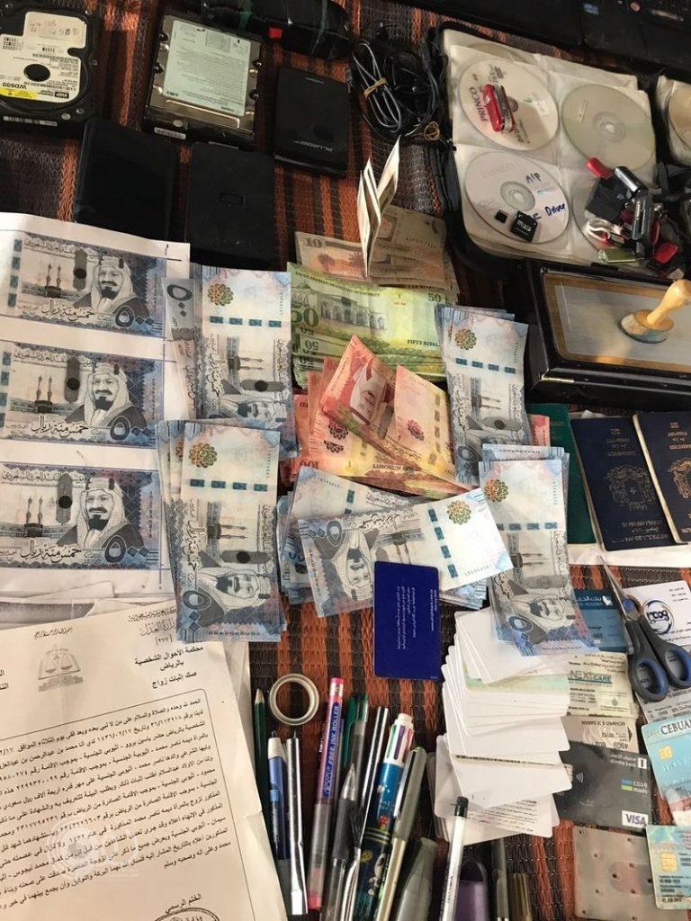 شاهد .. شرطة الرياض تقبض على صومالي يزيّف العملة السعودية والوثائق