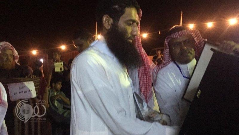شاهد.. شيخ وأهالي قرى مشلحة بصبيا يحتفون بأحد المصابين بالحد الجنوبي