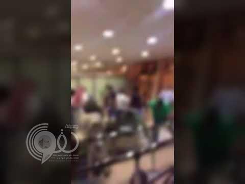 بالفيديو: مشاجرة جماعية عنيفة بمطار الأمير سلطان بن عبدالعزيز بتبوك