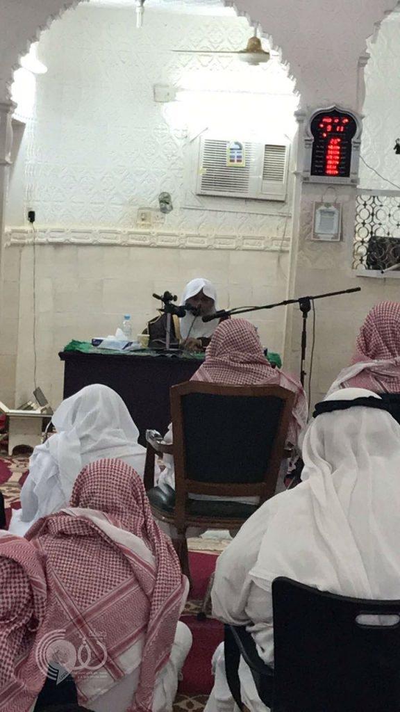 """المُدرس بالمسجد النبوي الشيخ الدكتور """"المدخلي"""" يُحاضر بجامع العيدابي في مركز الحقو – صورة"""