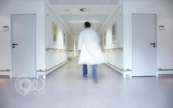 ذوو طفلة يعتدون بالضرب على طبيب بأحد مستشفيات الأحساء لكشفه على ابنتهم