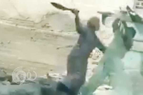 """شاهد عامل يعتدي على ابنه بوحشية في مكة المكرمة.. """"فيديو"""""""
