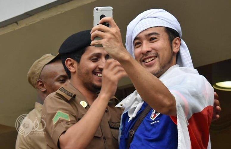 تغريدة مشجع ياباني يشكر فيها رجل شرطة سعودياً تحصد 11 ألف رتويت