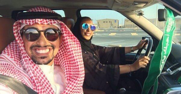 شاهد: مواطن ينشر صورته وهو يُدرب زوجته على قيادة السيارة.. وهكذا علق