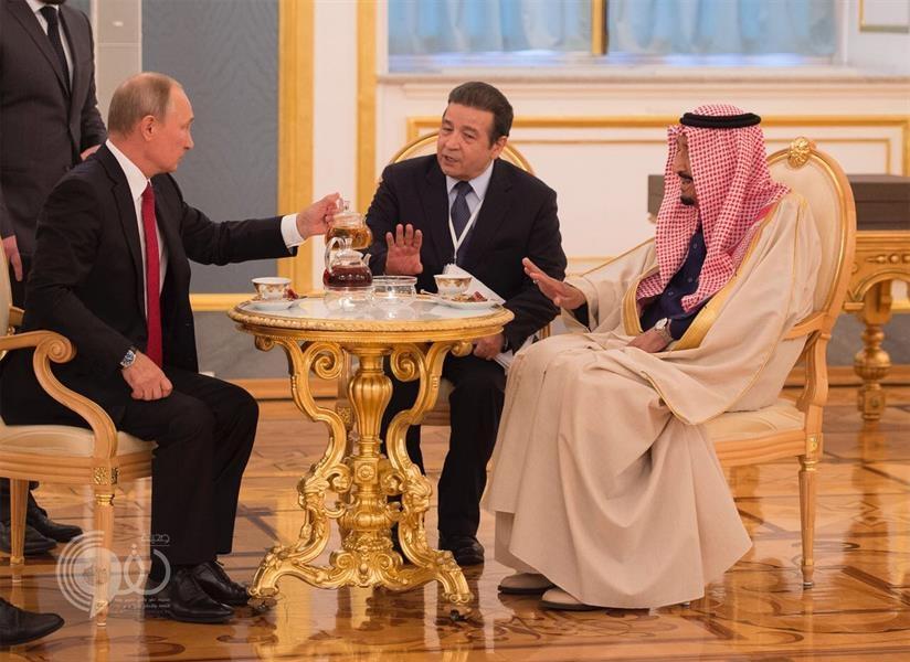 إعجاب واسع بصور تقديم بوتين الشاي لخادم الحرمين