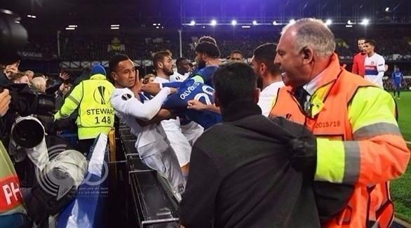 بالفيديو و الصور : شجار عنيف بين لاعبي إيفرتون وليون