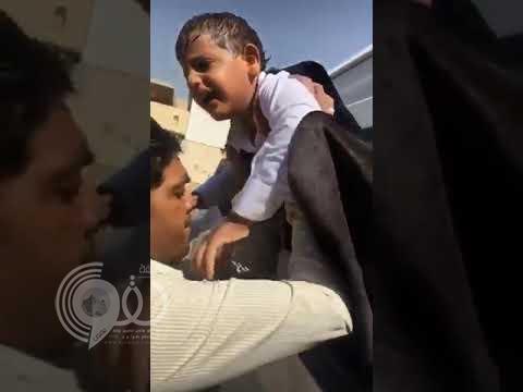 بالفيديو.. لحظة إخراج طفل من حافلة الروضة بعدما نسي بداخلها لساعات